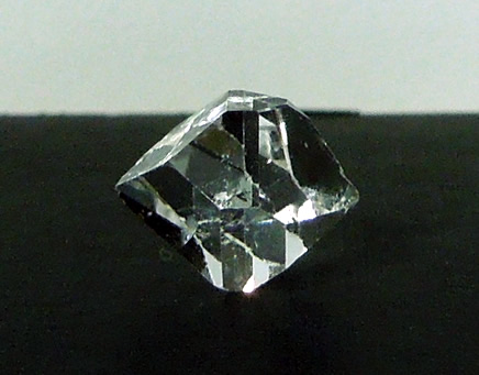 The water clear diamonds weighs 2.6 ct.